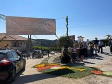 Cartazes com mensagens de apoio e a desejar felicidades e tapetes de flores deram as boas vindas ao padre Edgar Leite na sua primeira celebração