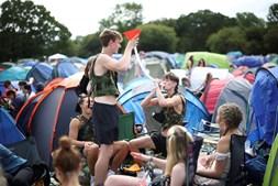 Festival de Reading no Reino Unido esgotou e milhares de jovens celebraram o regresso dos concertos