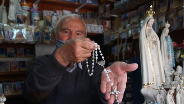 Peregrinos gastaram sete milhões de euros em terços do centenário de Fátima