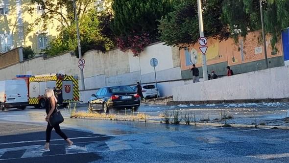 Rebentamento de conduta inunda Estrada da Luz em Lisboa. Veja as imagens