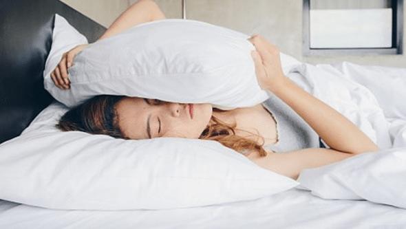 Especialista explica porque dormimos mal no verão