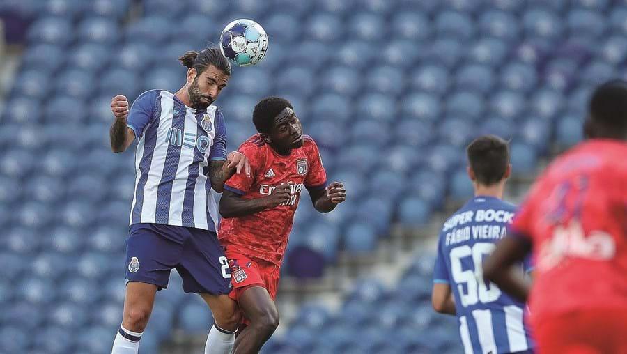 Sérgio Olveira, autor do primeiro golo na marcação de um penálti, num duelo nas alturas com Habib Keita