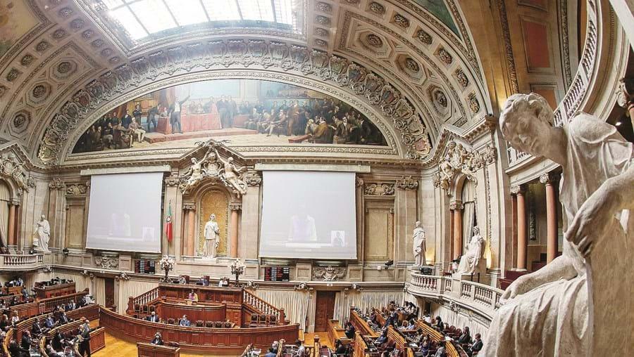 Temas mais polémicos voltam a ser discutidos no Parlamento em setembro