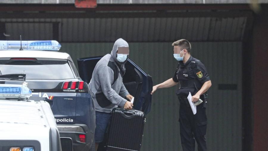 Um dos quatro portugueses quando foram transportados pela polícia espanhola para o tribunal de Gijón, onde foi presente a um juiz. Dois ficaram em preventiva