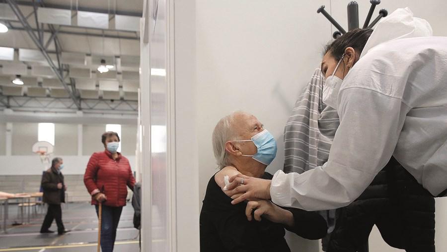 Vacinação com duas doses reduz em três a seis vezes de risco de morte por Covid-19