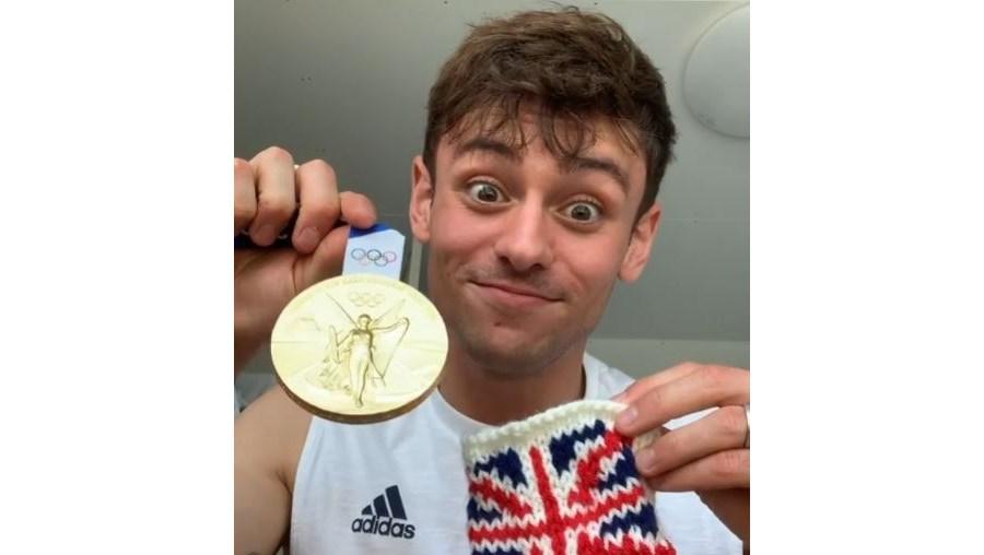 Tom Daley: O campeão olímpico que faz tricô e se tornou ícone LGBT