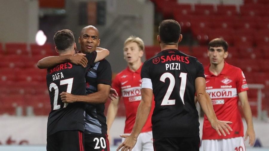Rafa e João Mário festejam o primeiro golo do Benfica, 'fabricado' pelos dois. Pizzi corre para entrar na festa