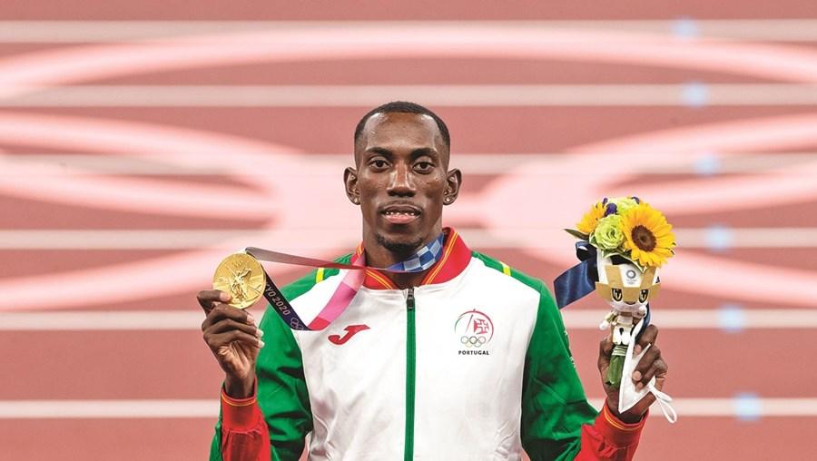 Saltador exibe a quinta medalha de ouro de Portugal