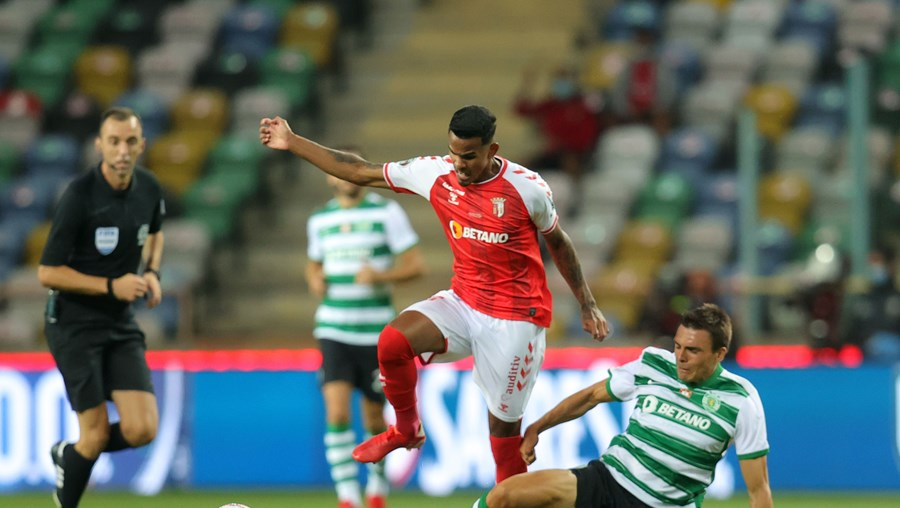 Palhinha em duelo com Galeno (Sp. Braga) no recente jogo da Supertaça. Sábado voltam a defrontar-se