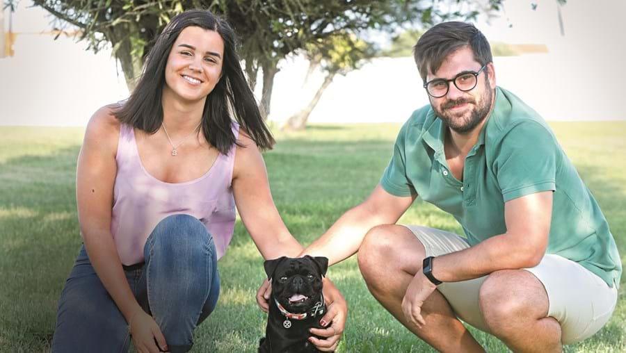 """Ana Lopes e Filipe Quendera com o 'famoso' animal de estimação que lhes enche a casa de alegria """"e nunca estragou nada"""""""