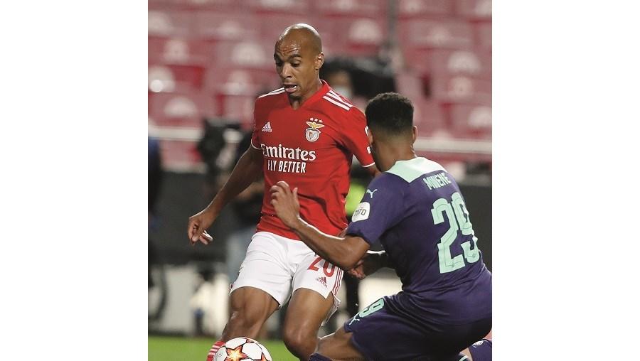 João Mário na condução de uma jogada de ataque do Benfica