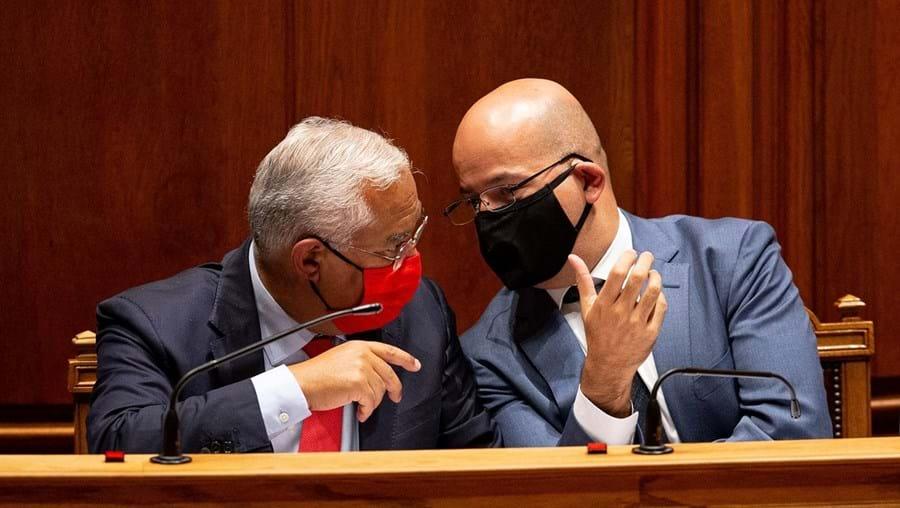 Primeiro-ministro, António Costa, e o ministro das Finanças, João Leão