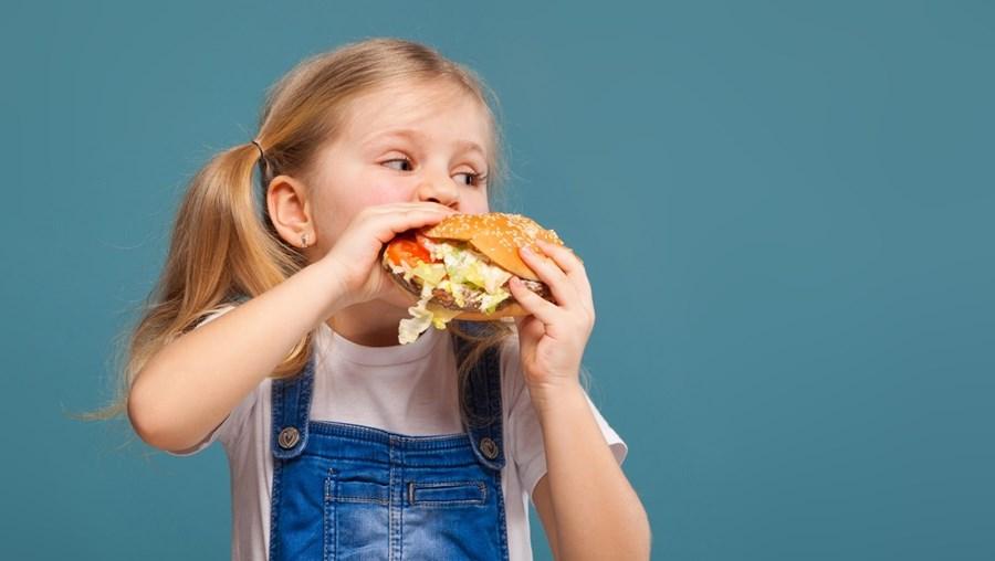 Gelados, refrigerantes, chocolates, sandes com molhos, pães com recheio doce, hambúrgueres, cachorros-quentes, pizas ou lasanhas são alguns dos alimentos que vão passar a ser proibidos nos bufetes escolares públicos. Despacho abrange apenas o ensino público