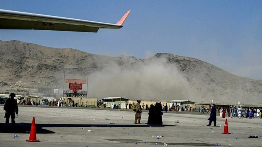 Explosão em Cabul vista do aeroporto