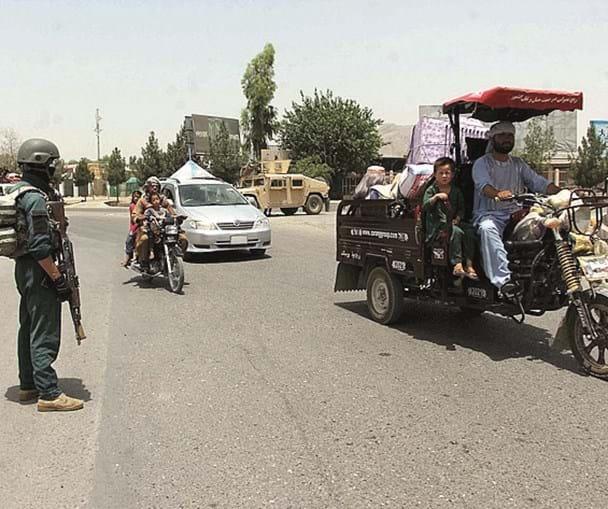 Civis fogem do avanço talibã