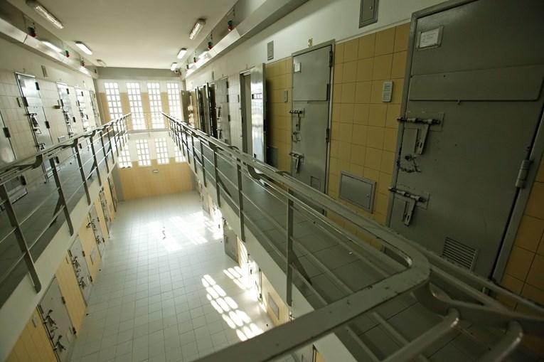 Reclusos da cadeia de Leiria e os seus familiares, bem como uma cozinheira, estavam envolvidos no esquema criminoso de tráfico de droga e telemóveis