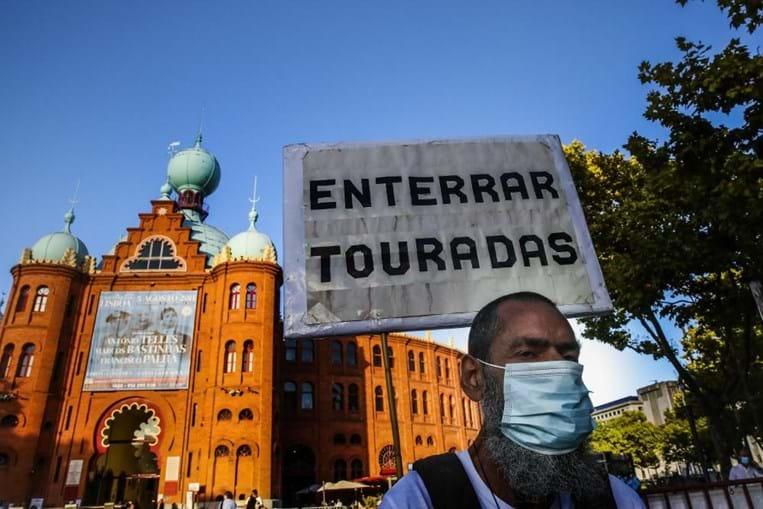 Meia centena de pessoas manifesta-se em Lisboa pelos touros e contra touradas