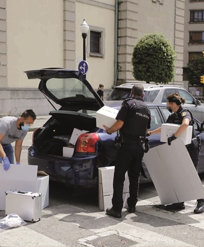Autoridades espanholas detiveram os quatro portugueses e recolheram material necessário à investigação do apartamento onde ocorreu o encontro