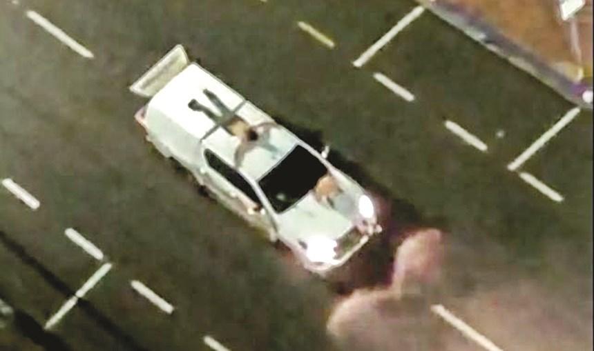 Assaltantes amarraram reféns ao tejadilho e ao capô das viaturas para proteger a fuga. Pelo menos uma destas pessoas morreu numa troca de tiros com a polícia
