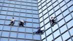 'Homem-aranha' em Paris escala edifício para protestar contra passe sanitário