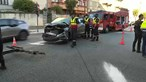 Colisão entre carros faz três feridos e destrói montra de loja no Porto