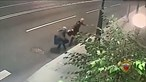 Mulher de 70 anos não larga a mala durante assalto e ladrão acaba por desistir