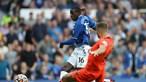 Everton vence e junta-se provisoriamente ao grupo de líderes da Premier League