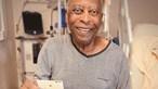 Filha mostra Pelé a jogar às cartas no hospital