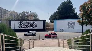 Talibãs pintam bandeira em parede da embaixada dos EUA em Cabul