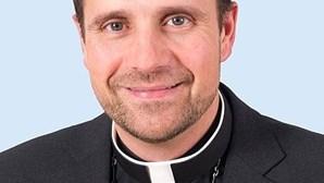 """""""Apaixonei-me e quero fazer as coisas bem"""": Bispo renuncia à Igreja por amor a autora de livros eróticos"""