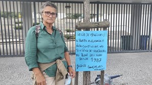 Auxiliar protesta à porta de escola em Arouca devido a ordem de transferência