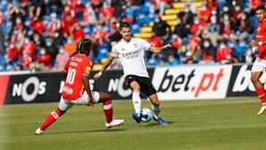 Benfica goleia Santa Clara e conquista quinta vitória consecutiva da I Liga