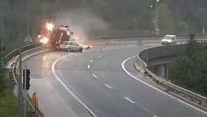 Despiste de Opel Corsa faz cair camião para fora de viaduto
