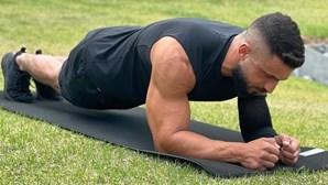 Bate recorde de prancha abdominal mesmo com dores crónicas