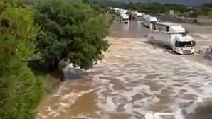 Tempestade 'engole' autoestrada em França e há pessoas desaparecidas