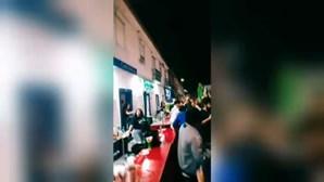 Dezenas de pessoas sem máscara nem distanciamento físico em festa na Moita