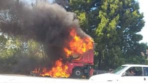 Chamas destroem cabine de camião em Vila Nova de Gaia