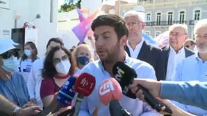 """Líder do CDS diz que tiroteio enquanto candidata colocava cartazes em Palmela é """"um atentado à democracia"""""""