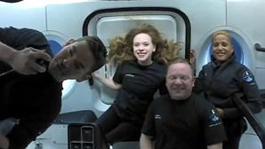 Turistas espaciais transportados pela empresa privada SpaceX regessaram à Terra
