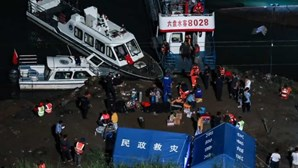 Pelo menos oito pessoas morreram e sete estão desaparecidas em naufrágio na China