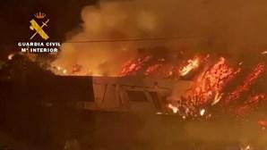 O momento em que uma casa é engolida pela lava em La Palma nas Canárias