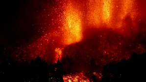 Imagens mostram explosão de lava durante a noite em La Palma nas Canárias