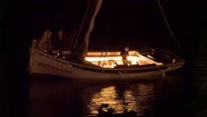 Barco com turistas encalha no Cais das Colunas em Lisboa