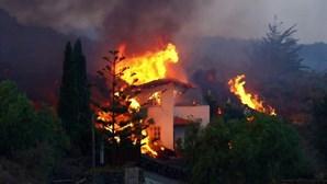 Imagens impressionantes mostram casa a desabar após ser atingida por lava em La Palma