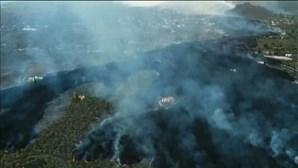 Vídeo de drone mostra mancha de lava a cobrir La Palma nas Canárias