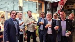Sem poder entrar em restaurantes, Jair Bolsonaro come na rua em Nova Iorque