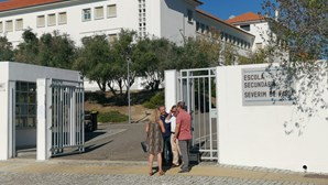 Tecto cai e deixa 800 alunos sem aulas em Évora