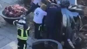 Mulher de 85 anos perde controlo do carro e lança o caos no coração de Viana do Castelo
