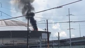 Fogo deflagra em telhado de recinto em Nova Orleães, nos EUA