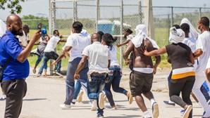 Revolta no aeroporto de Haiti. Migrantes correm atrás de avião